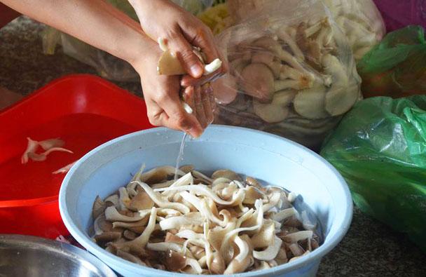 rửa và ngâm chân nấm hương khô trước khi làm ruốc nấm